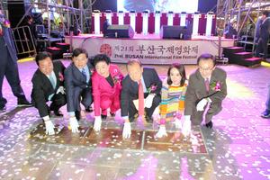 5日夜、釜山市内で開かれた釜山国際映画祭の前夜祭。映画女優や監督の手形も公開された=李聖鎮(イソンジン)撮影