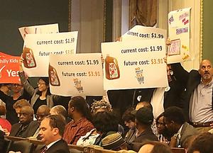 市議会の議場に、ソーダ税反対派と賛成派の市民らが詰めかけた