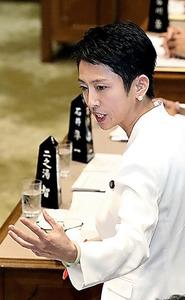 参院予算委で質問する民進党の蓮舫代表