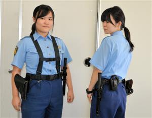 「つり下げ式帯革」の試作品を着用する石田さん(左)と、現行のベルト式の帯革を装着した藁科さん(右)=静岡県警磐田署