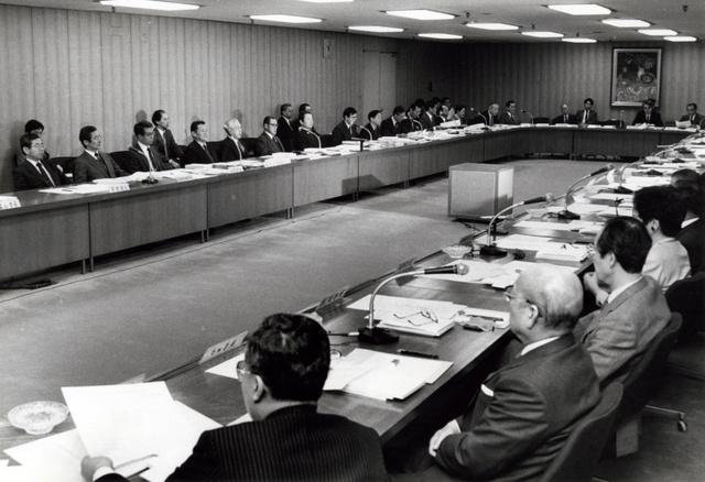 大蔵大臣の諮問機関である金融制度調査会で改革作業がスタート。銀行と証券の垣根問題なども議論された=1988年2月26日、東京・霞が関の大蔵省で