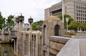 大阪市役所のそばにかかる淀屋橋=大阪市中央区
