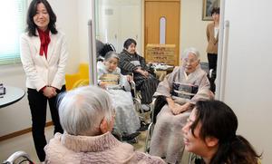 車いす用着物を試着した施設利用者らを見守る浅倉早苗さん(左)=土浦市高岡