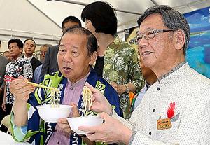 沖縄そばを食べる翁長雄志知事(右)と二階俊博幹事長