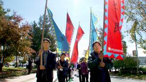 東学農民革命を記念し、パレードする農民の子孫ら=韓国・忠清北道(「東学農民革命」から)