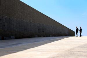 2016年3月、アルゼンチンのマクリ大統領(右)とともにブエノスアイレス市内にある軍事政権時代の犠牲者を追悼する公園を訪れたオバマ大統領=Stephen Crowley/(C)2016 The New York Times。米政府は当時、軍事政権を支援したとされる