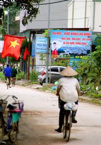 日本や韓国、台湾への「留学・労働」を勧誘する看板=ベトナム・ハイズオン省、岡田玄撮影