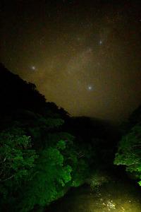 奄美大島の森と住用川の上に広がる星空。夏の大三角がきらめく=9月5日、常田守さん撮影