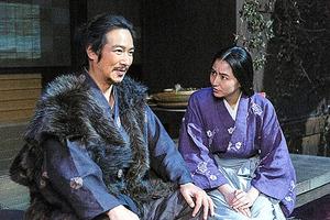 NHK大河ドラマ「真田丸」に主演する堺雅人(左)と長澤まさみ=9日放送予定の一場面