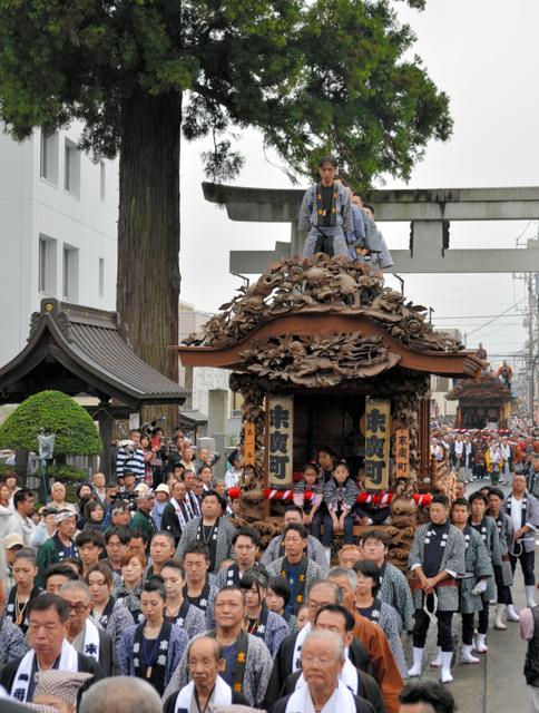 今宮神社に繰り込む彫刻屋台。今年の1番町「末広町」を先頭に24台が順次繰り込み競演した=鹿沼市今宮町