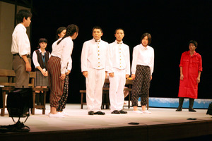 時代の違いを越えて打ち解けていく現代の高校生と予科練生たちを熱演した構成劇=水戸市千波町の県民文化センター