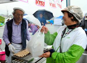 かつての「常連さん」との再開を喜ぶ山本進彦さん(左)=会津若松市の松長近隣公園応急仮設住宅