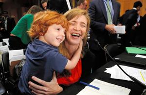 米ワシントンで、スーザン・ライス氏の後任として米国連大使への指名が上院外交委員会で確認された後、長男デクラン君を抱きしめるサマンサ・パワー氏=2013年7月17日、ロイター