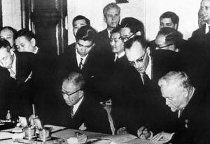日ソ共同宣言に調印する鳩山一郎首相(左)とブルガーニン首相=56年10月19日、モスクワ、AP