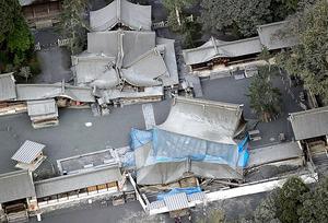 熊本地震の被害にあった阿蘇神社も、未明の噴火で灰に包まれた=8日午前、熊本県阿蘇市、本社ヘリから、森下東樹撮影