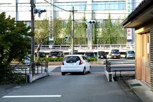 撤去される信号機の「青」に従い県道へ右折する車。自転車用の表示はない=伊勢市