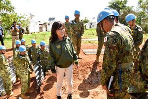 退避壕(ごう)を建設している隊員を激励する稲田朋美防衛相=8日、ジュバ市内(代表撮影)