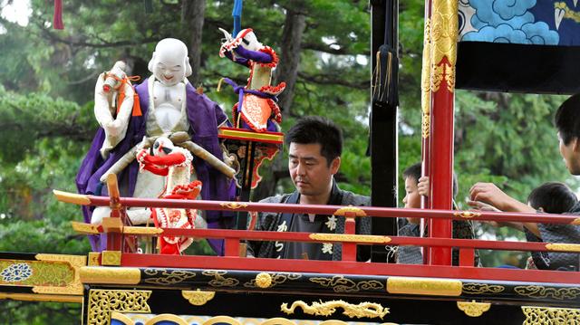 桜山八幡宮の境内でからくりを奉納した祭り屋台には、小学生の綾方2人も参加していた=高山市、戸村登撮影