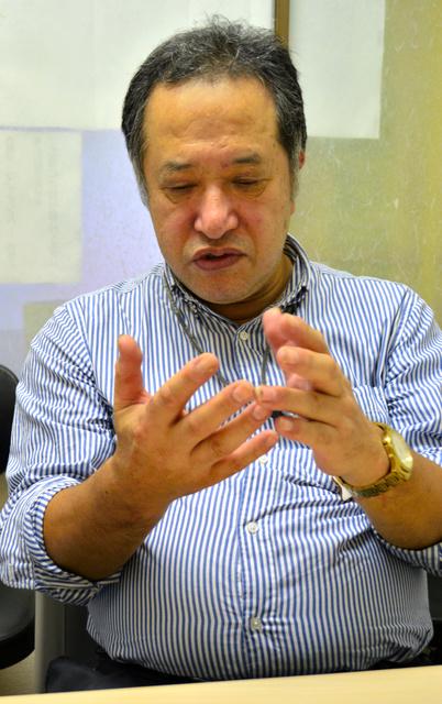 「24時間、指がジーンとしびれているんです」と語る徳田昭博さん。ボタンをはめるのにも苦労するという=9月27日、東京都品川区、岡田将平撮影