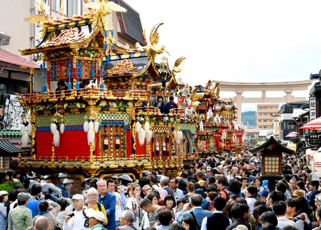 雨が上がり、参道に並んだ祭り屋台を見ようと大勢の観光客が訪れた=9日午後、岐阜県高山市、戸村登撮影