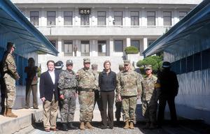9日、南北軍事境界線上にある板門店を訪れた米国のパワー国連大使(中央)(東亜日報提供)