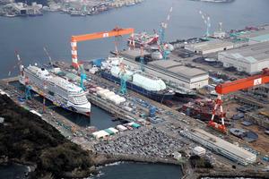 「アイーダ・プリマ」(左)を建造中の三菱重工・長崎造船所=2月、長崎市