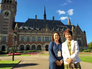 5日、オランダ・ハーグの国際司法裁判所で傍聴を終えた被爆者の坂下紀子さん(73)=右=と被爆2世の東野真里子さん(64)=吉田美智子撮影