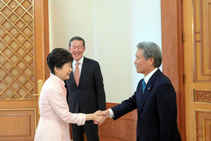韓国の朴槿恵大統領と握手する経団連の榊原定征会長(右)=10日、韓国大統領府提供
