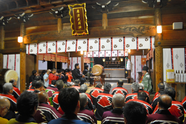 奉納される囃子に聴き入る曳山関係者=唐津市の唐津神社