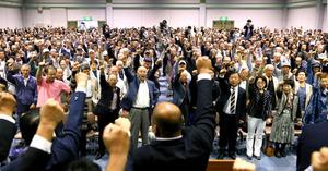 出陣式で気勢を上げる支持者たち=11日午前10時45分、福岡県久留米市、金子淳撮影