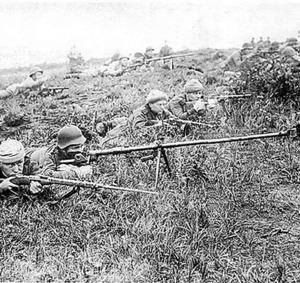 シュムシュ島に上陸し、日本軍との戦闘で対戦車銃や小銃を構えるソ連軍兵士=サハリン州文書局の写真集から