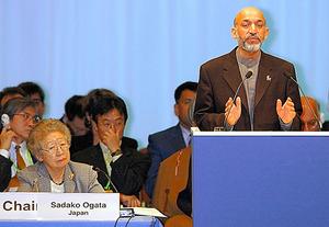 共同議長を務めた02年1月のアフガン復興支援国際会議で、カルザイ暫定政権議長(後の大統領)のスピーチに耳を傾ける