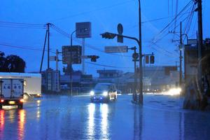 停電で信号機も消えた交差点=8日午後6時1分、熊本県阿蘇市、大畑滋生撮影