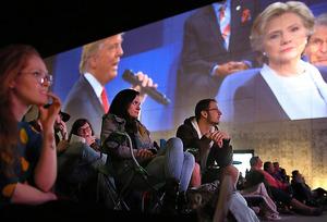 パブリックビューイング会場で討論会の中継を見る人々=9日午後8時23分、米セントルイス、矢木隆晴撮影