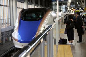 ホームに到着する北陸新幹線。昨年3月の開業以来、東北からの観光客が増加している=JR金沢駅