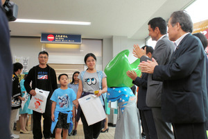 チャーター便で日本を訪れ、歓迎を受ける外国人観光客ら=先月14日、宇部市沖宇部