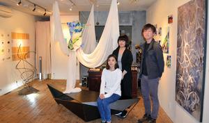 自分たちのスタジオで1周年記念展を開く若手芸術家たち=平塚市袖ケ浜
