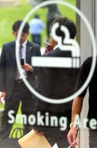 絶えることなく愛煙家が訪れる、公園の喫煙所=2013年6月、福岡市中央区、岩下毅撮影