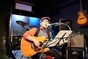 ハンセン病患者の家族の苦しみを表した自作曲「伝言」を歌う宮里新一さん=熊本市中央区、池上桃子撮影