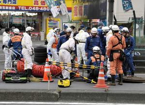 実況見分の準備をする消防隊員ら=13日午前10時45分、埼玉県新座市、斯波祥撮影