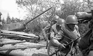 旧日ソ国境を越え、橋の落ちた川に丸太をかけて渡り八方山方面を目指すソ連軍の戦車と兵士=サハリン州文書局の写真集から