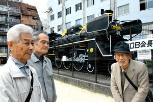 岩高友昭さん(左)ら旧国鉄のOBがSLの前に集まり、思い出を語った=長崎市賑町の中央公園