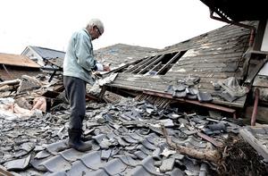 熊本地震の前震でなくなった荒牧不二人さん(当時84)の自宅前で、友人の西村治信さん(83)が故人をしのんでいた。地震後は早朝に片付けの手伝いに来ている=14日午前6時51分、熊本県益城町、福岡亜純撮影
