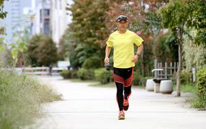神戸マラソンのゲストでプロランニングコーチの金哲彦さん=5日午前11時58分、東京都品川区、関田航撮影