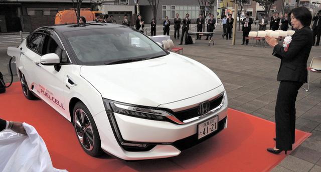 鈴鹿市に納入されたホンダの燃料電池車「クラリティ フューエル セル」=同市役所