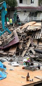熊本地震の前震で亡くなった福本末子さん(当時54)の自宅があった場所には、花が供えられていた=14日午前、熊本県益城町、西畑志朗撮影