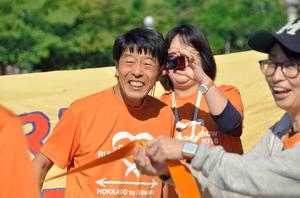 ゴールして笑顔を見せる米澤廣人さん(左)=大阪市北区