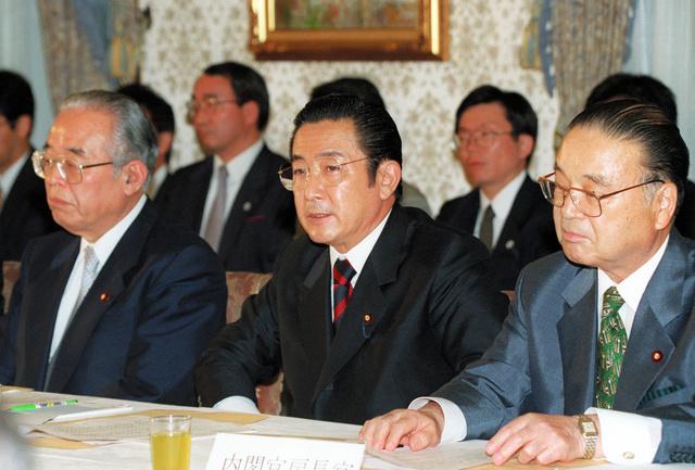 金融市場の「日本版ビッグバン」実現には橋本龍太郎首相(中央)も意欲を見せた(写真は1997年6月、首相官邸で開かれた財政構造改革会議の一場面)