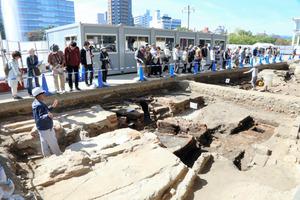 被爆前の町の姿を伝えようと、平和記念資料館の遺構で開かれた現地説明会=広島市中区中島町