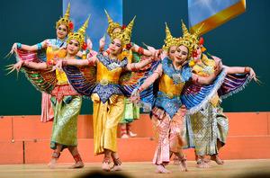 色とりどりの衣装に身を包んで踊るタイからの少女ら=鹿児島市山下町